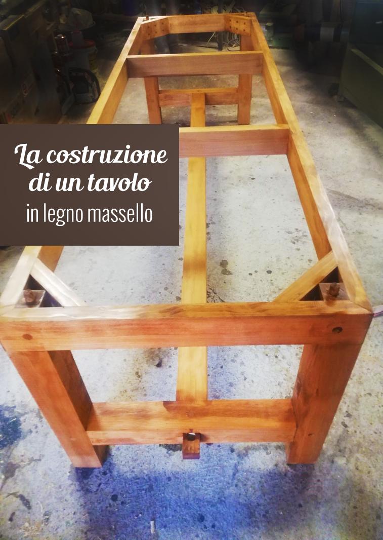 Una fase costruttiva di un tavolo in legno massello