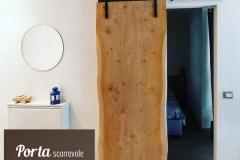 Porta scorrevole filo muro in legno di cedro