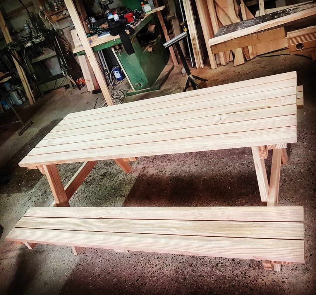 Tavolo da picnic in costruzione