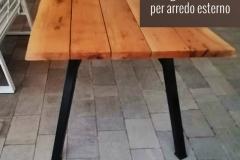 Tavolo con pian in legno e gambe in ferro