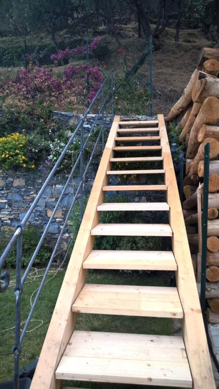 Scala in legno con mancorrente in ferro in stile ligure
